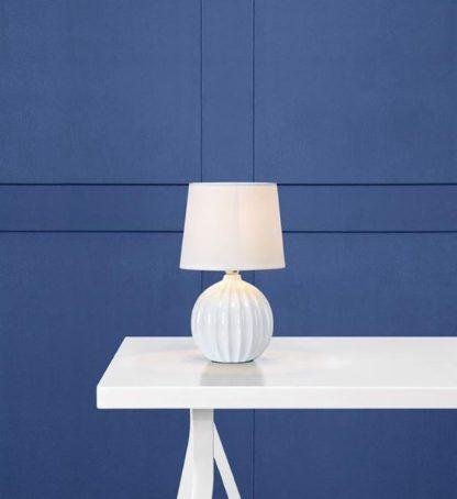 biała porcelanowa lampa z abażurem