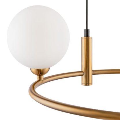miedziana lampa wisząca nad okrągły stół