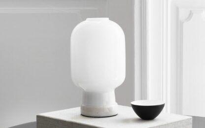 biała szklana lampa stołowa do salonu