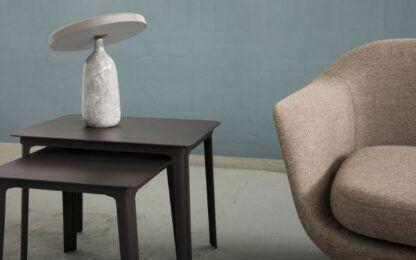 szara marmurowa lampa stołowa obok szarej sofy