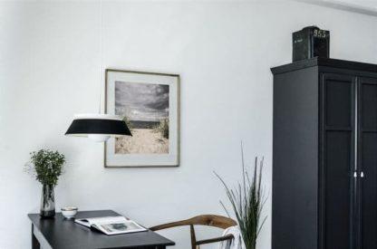 metalowa lampa wisząca, biało-czarna - aranżacja salon