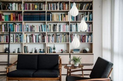 biała lampa wisząca, nowoczesna - aranżacja gabinet