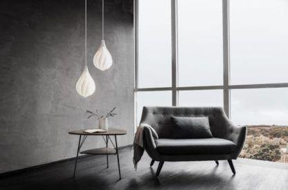 biała lampa wisząca - aranżacja styl scandi