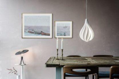biała lampa w stylu skandynawskim - aranżacja