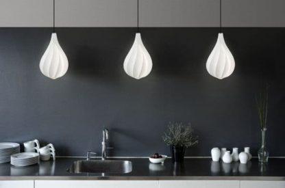 biała lampa wisząca - aranżacja kuchnia