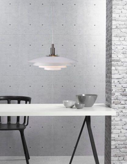 nowoczesna lampa wisząca, biała - aranżacja