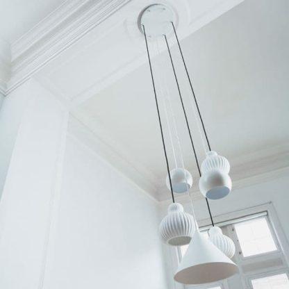 biała lampa wisząca scandi - aranżacja