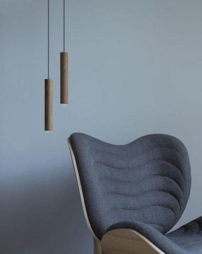 brązowa lampa wisząca z drewna -aranżacja nowoczesna, skandynawska