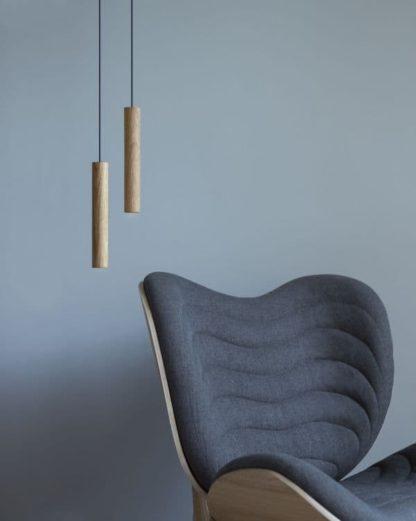 mała lampa wisząca z drewna - aranżacja salon