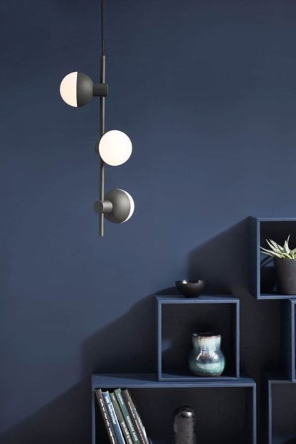 nowoczesna lampa wisząca z trzema kloszami ze szkła