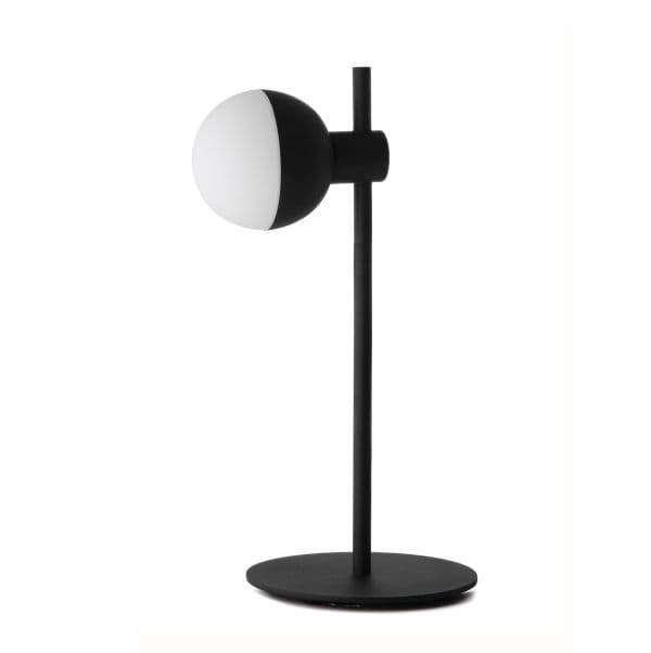 lampa biurkowa ze szklanym kloszem, styl scandi - aranżacja