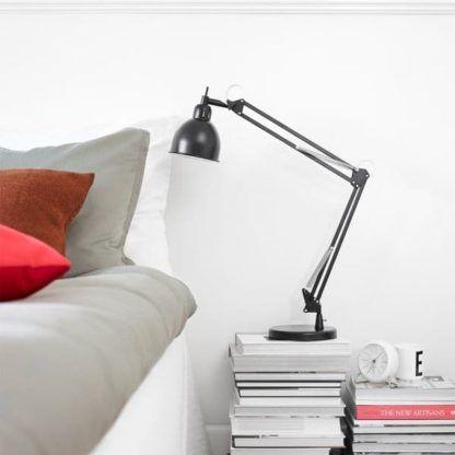 czarna, metalowa lampa biurkowa scandi - aranżacja salon