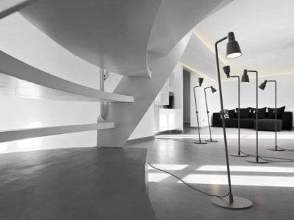 nowoczesna lampa podłogowa z ruchomym kloszem