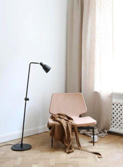 lampa podłogowa czarna w skandynawskim stylu - aranżacja salon