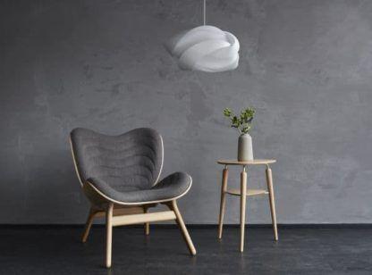 biała lampa wisząca, chmurka - szary salon aranżacja