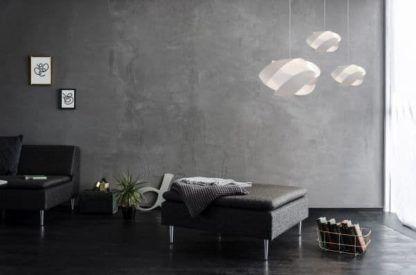 biała lampa wisząca, nowoczesna - aranżacja szary salon
