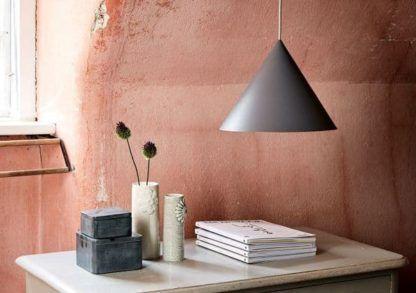stożkowa lampa szara w stylu scandi - aranżacja