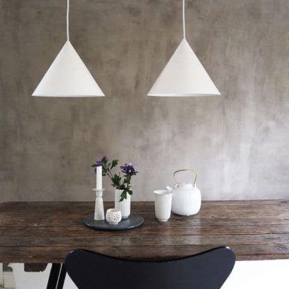 stożkowe lampy wiszące, białe - aranżacja jadalnia