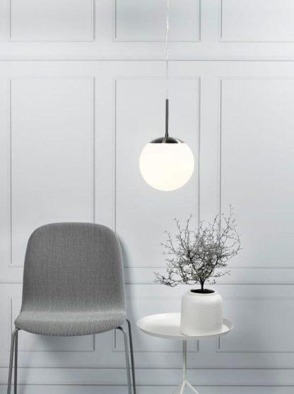nowoczesna lampa wisząca z kulistym kloszem