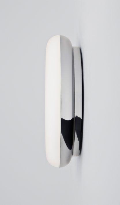 nowoczesny kinkiet do łazienki z kloszem z białego szkła i srebrną podstawą