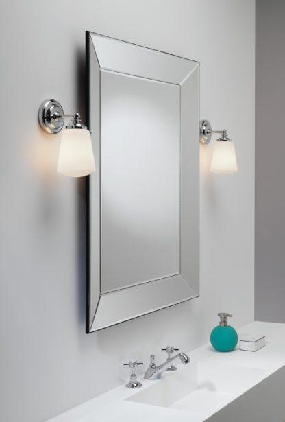 elegancki kinkiet do klasycznej łazienki, zamknięte klosze z białego szkła, chromowana podstawa