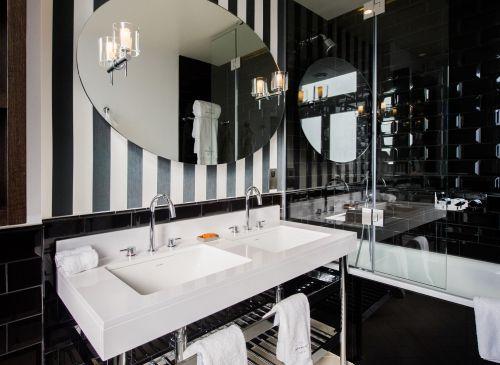 elegancki kinkiet do łazienki, srebrny, mleczne szkło - aranżacja łazienka czarno-biała