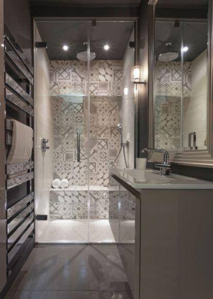 elegancki kinkiet do łazienki, szklana oprawa - aranżacja łazienki