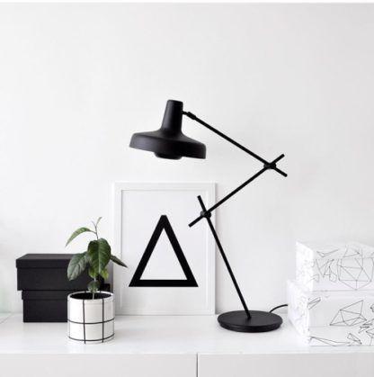lampa stołowa z czarnym, ruchomym ramieniem z cienkich prętów - aranżacja styl scandi, black&white