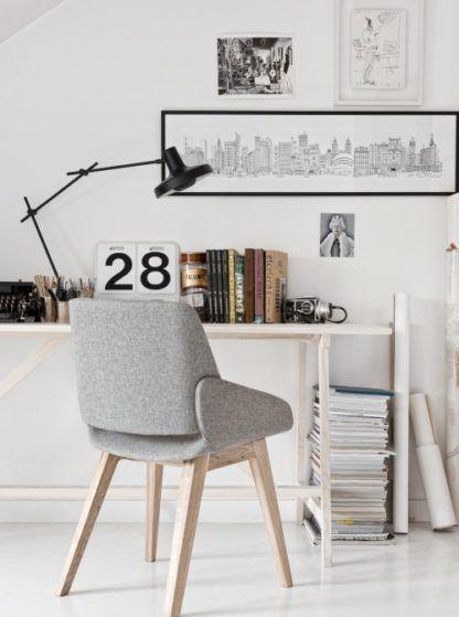 nowoczesna lampa biurkowa z cienkim, ruchomym ramieniem i czarnym kloszem - aranżacja jasny gabinet w stylu nowoczesnym