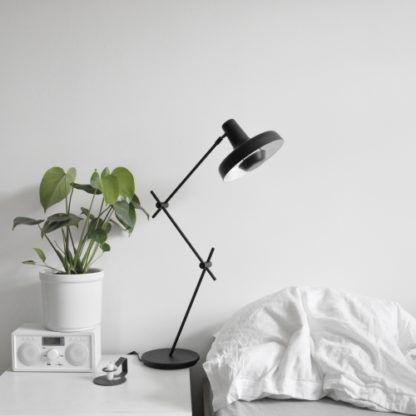 minimalistyczna lampa stołowa w stylu scandi, czarny mat, cienka podstawa i klasyczny klosz - aranżacja biała sypialnia