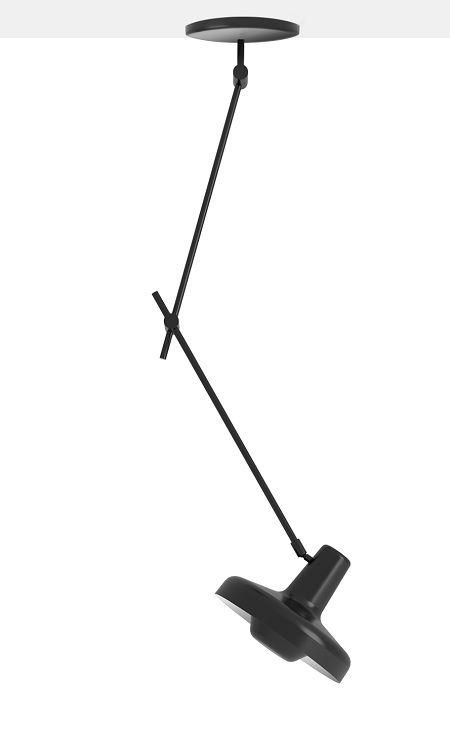 czarna lampa w nowoczesnym stylu skandynawskim, czarne regulowane ramię i minimalistyczny klosz - aranżacja