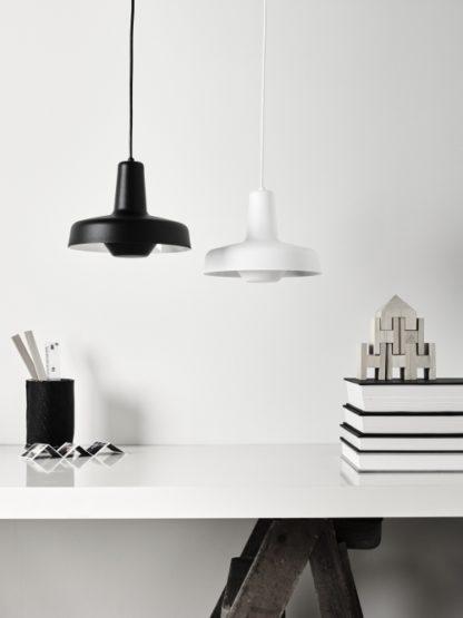 skandynawska lampa wisząca, czarna, matowa - aranżacja black&white