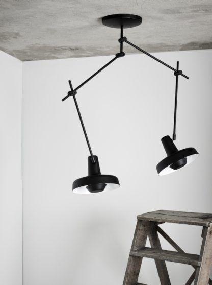 lampa sufitowa z dwoma kloszami, czarne ramiona mobilne - aranżacja industrialna