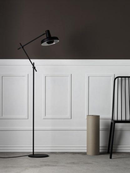 skandynawska lampa podłogowa, cała czarna, regulowane, cienkie ramię