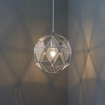 srebrna lampa wisząca z metalu, ażurowy klosz wielościan