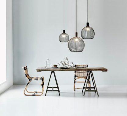 czarna lampa w stylu industrialnym, klosz z czarnych prętów, ażurowy - aranżacja