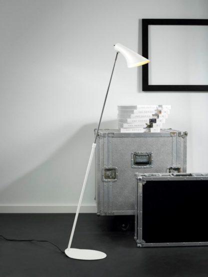 biała lampa podłogowa na prostej podstawie, styl skandynawski, matowa