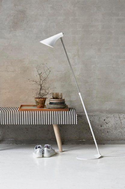 biała lampa podłogowa, biała matowa, pochylona na cienkiej podstawie chromowanej - aranżacja