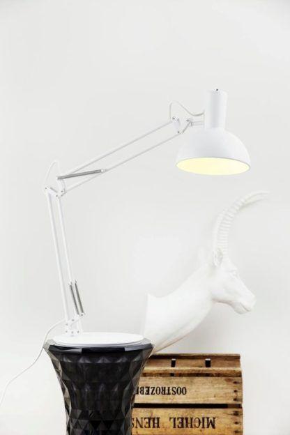 biała lampa biurkowa w stylu industrialnym, styl skandynawski - aranżacja
