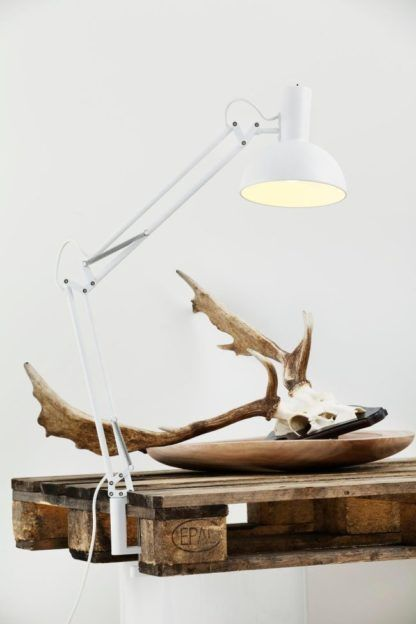 biała lampa biurkowa w stylu nowoczesnym, lampa kreślarska