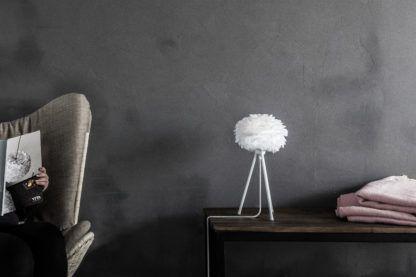 biała lampa stołowa w stylu skandynawskim, trójnóg, klosz z piór - aranżacja szary salon z betonu
