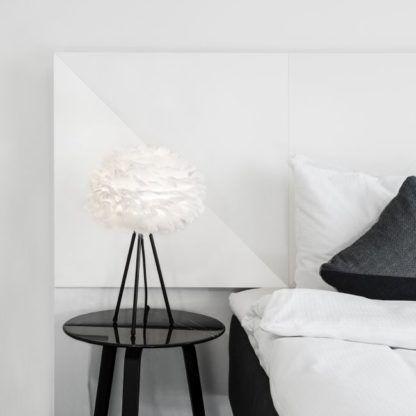 duża lampa stołowa na trójnogu, biały kulisty klosz z naturalnych piór - aranżacja sypialnia skandynawska
