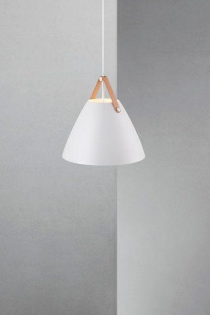 biała lampa wisząca ze stożkowym kloszem w stylu skandynawskim