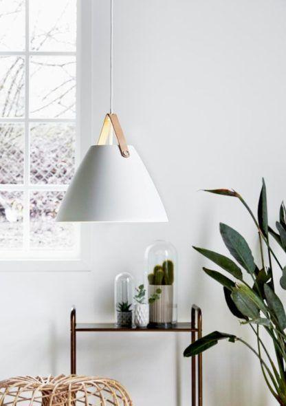lampa wisząca w nowoczesnym stylu, biały klosz - aranżacja jasna