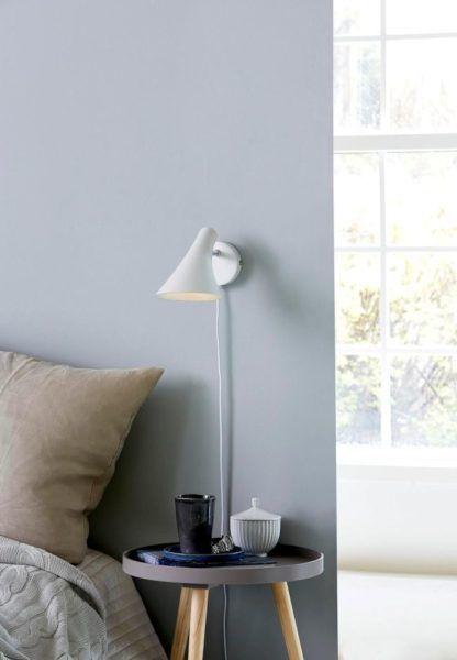 biały kinkiet w stylu skandynawskim, klosz dzwonek - aranżacja sypialnia, błękit
