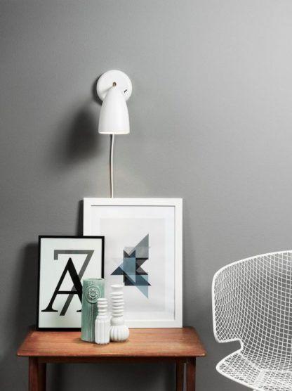 biały, matowy kinkiet w nowoczesnym stylu, klosz dzwonkowy - aranżacja