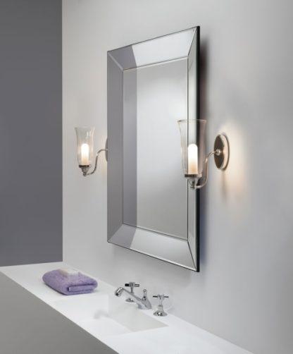 elegancki kinkiet łazienkowy, klosz z bezbarwnego szkła, srebrna oprawa