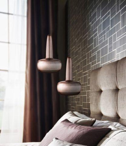 mosiężna lampa wisząca z małym, płaskim kloszem- aranżacja sypialnia w beżu