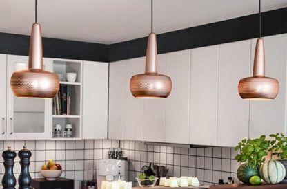 miedziana lampa w skandynawskim stylu, mały, płaski klosz - aranżacja biała kuchnia