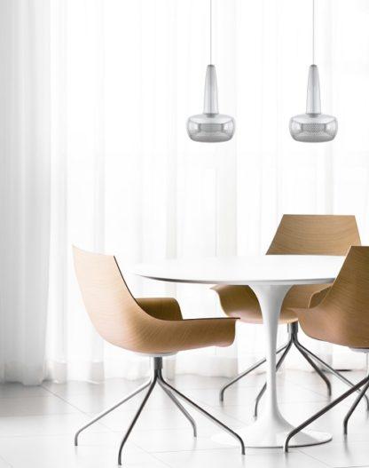 nowoczesna lampa wisząca srebrna, mały klosz - aranżacja jasna jadalnia